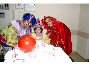Sanatçılardan yeni yılı hastanede karşılayacak miniklere moral