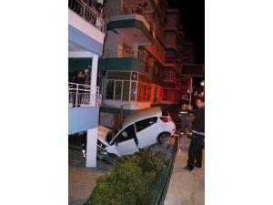 Otomobil Apartman Bahçesine Daldı: 3 Yaralı