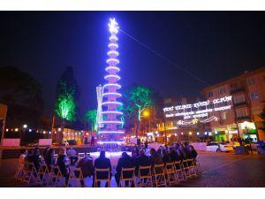 Yılbaşı ağacı yerine 8 metrelik kitap ağacı diktiler