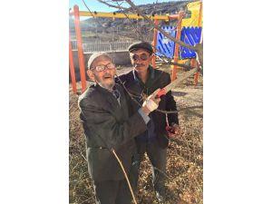 100 yaşındaki Süleyman Dede çalışmayı bırakmıyor