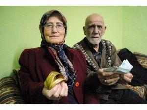 Yaşlı Çifti 'Polis Ve Savcıyız' Diye Dolandırdılar
