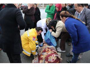 Kazada yaralandı, arkadaşları üşümesin diye battaniyeyle sardı