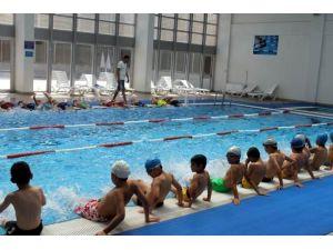 Spor Akademisi Yüzme Dersleri Talas Spor Ve Sosyal Tesisi'nde Devam Ediyor