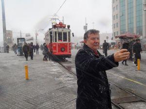 Taksim'de mevsimin ilk karı