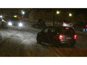 Karlı ve buzlu yollar sürücülere zor anlar yaşattı