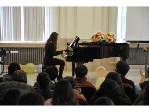 Müzik Öğretmenliği Öğrencilerinden Piyano Dinletisi