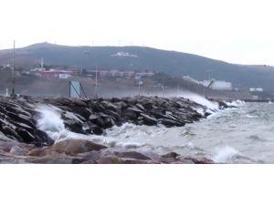 Şiddetli rüzgar deniz ulaşımını olumsuz etkiledi