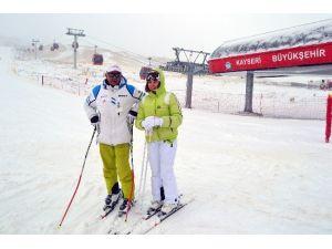 Erciyes'e Gelen Kayak Yapmanın Keyfini Çıkartıyor