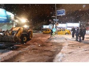 Başkan Murat Hazinedar Yolda Kalan Araçları İtti
