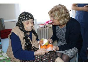 Ustamehmetoğlu'ndan Huzurevi Sakinlerine Yılbaşı Ziyareti