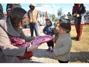 Seferihisar'da Suriyeli çocuklara yılbaşı sürprizi