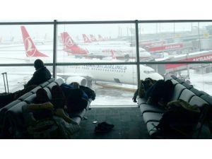 Atatürk Havalimanı'nda uçaklar rötara girdi