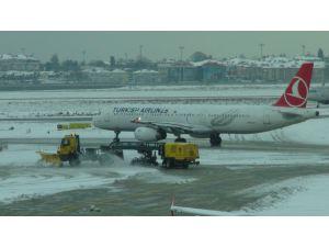 İstanbul'da 300'ün üzerinde uçuş iptal