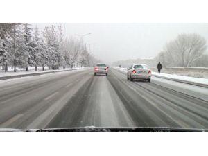 Niğde'de kar yağışından dolayı yollar buz pistine döndü