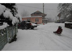 Çaycuma'da Kar Yağışı Çocukları Sevindirdi