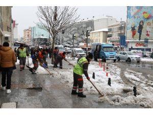 Sultanbeyli'de Karla Mücadele Çalışmaları Devam Ediyor