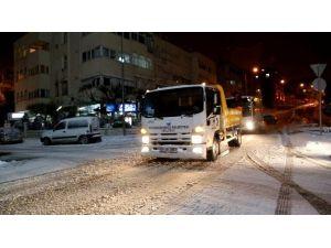 Büyükçekmece'de Karla Mücadele Ekipleri Gece Gündüz Çalışıyor