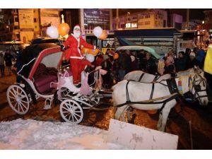 Noel Baba Ve Noel Anne Faytonla Hediye Dağıttı