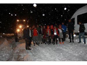 Köy Yolunda 3 Saat Mahsur Kalan Öğrenciler Kurtarıldı