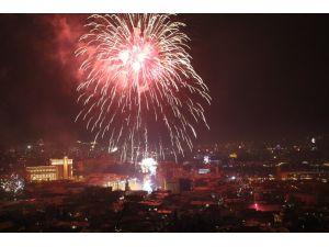 Tiflis sokakları yeni yıl öncesi karnaval yerine döndü