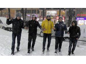 Yeni Yıla Kar Yağışı Altında Halay Çekerek Girdiler