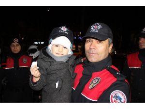 Yeni Yıla Çok Sevdiği Polis Amcalarıyla Girdi