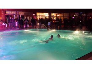 Tatilciler Yeni Yılı Eksi 2 Derecede Havuzda Karşıladı