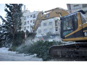 Zeytinburnu'nda duvar yıkımında arbede