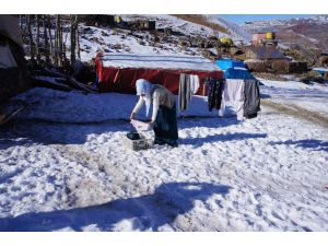 Buz tutan çamaşırları tezek sobasıyla ısıtılan odada kurutuyorlar