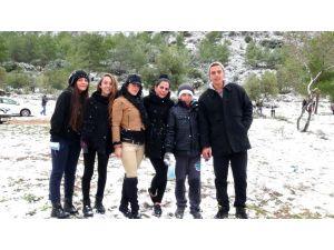 Yeni yıla kar ile uyanan Kıbrıslılar, genç yaşlı demeden kar topu oynadı