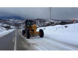 Akçakoca'da Kar Küreme Çalışmaları Sürüyor