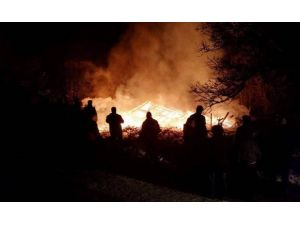 Kastamonu'da Kullanılmayan İki Katlı Ahşap Bina Yandı