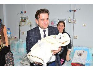 Yeni Yılın İlk Bebeklerine Belediye'den Ziyaret
