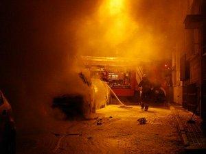 Anne ve çocuğun içinde bulunduğu arabayı yaktılar