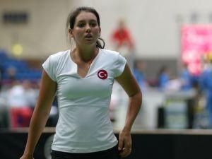 Milli tenisçiler Çağla Büyükakçay ve İpek Soylu'dan yeni yıl hediyesi