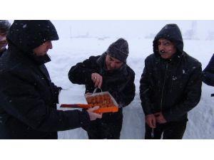 Vali'den Karla Mücadele Ekibine Tatlı İkramı
