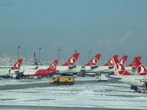 Kar yağışı uçak seferlerini iptal ettirdi