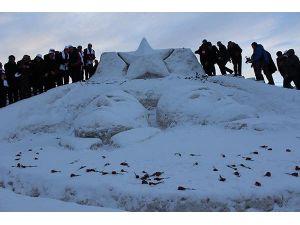 Kardan şehit heykelleri açıldı
