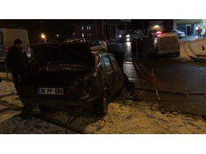 Otomobil Tramvay Durağına Daldı: 1 Yaralı