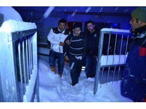 Kar Küreme Aracının Giremediği Köye UMKE Girdi