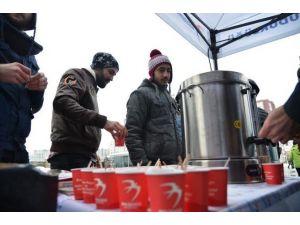 Vatandaşlara Karda Sıcak İçecek İkramı