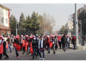 Isparta'da Sarıkamış Şehitlerini Anma Ve Saygı Yürüyüşüne Soğuk Havaya Rağmen Yüzlerce Kişi Katıldı.