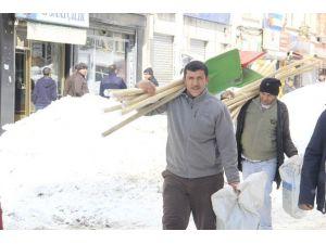 Hakkari'de Kar Kürekleri Satışı Arttı