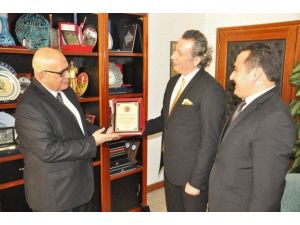 Gençler Tarafından Yılın Rektörü Seçilen Prof. Dr. Ümit Hassan Ödülünü Aldı
