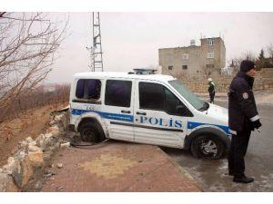Polis Ekipleri Buzlu Yolda Ölümden Döndü