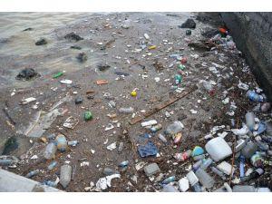 İzmir'de Yağmur Sonrası Deniz Çöplüğe Döndü