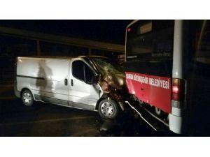 Panelvan Minibüs Park Halindeki Otobüse Çarptı: 3 Yaralı