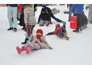 Tatili fırsat bilen çocuklar karda kayak keyfi yaptı