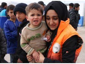 Sosyal Medya Üzerinden Grup Kuran Gençler Topladıkları Yardımları Suriyelilere Teslim Etti