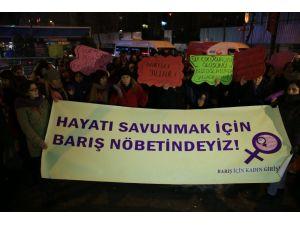 'Barış İçin Kadın Girişimi' üyeleri Güneydoğu'daki olaylar için eylem yaptı